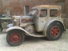 trattore Landini anni 40 Antique Tractors, Vintage Tractors, Old Tractors, Vintage Farm, Antique Cars, Lawn Tractors, Lanz Bulldog, Tractor Cabs, Farm Day