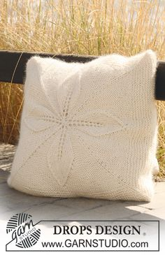 Knitted DROPS cushion cover with flower- squares in Alpaca and Vivaldi or Alpaca and Brushed Alpaca Silk. Free pattern by DROPS Design.