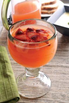 Agua de papaya y fresa, la papaya por sus altas propiedades en vitamina C y por su versatilidad para acompañarse con otras frutas como la fresa, le dará un sabor más ácido a tan suculenta bebida.