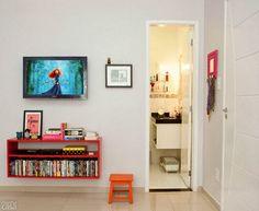 Olha: rack vermelho; pôster legal; móvel super simples da pia; baú embaixo da pia; faixa colorida no azulejo da cozinha...