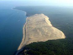 E' lunga tre chilometri larga 500 metri ed alta 100 metri questo minaccioso muro di sabbia che uno si aspetterebbe di trovare nel Sahara ed invece è situato nella costa ovest della Francia. Per una stranezza della natura La Grande Duna di Pyla è cresciuta così tanto da diventare