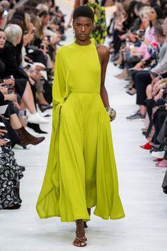 Valentino Spring 2020 Hazır Giyim Koleksiyonu - Vogue<br> The complete Valentino Spring 2020 Ready-to-Wear fashion show now on Vogue Runway. 2020 Fashion Trends, Fashion 2020, Love Fashion, Runway Fashion, High Fashion, Gucci Fashion, Fashion Hacks, Classy Fashion, French Fashion
