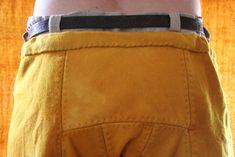 Ny selekjole i plantefarget ull. Kjolen er håndsydd og kantet med knappehullsting.Brikkebåndet er...
