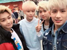 JeongMin, DongHyun, HyunSeong e MinWoo (Jo Twins lá atrás)