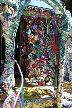 Garden of the Mosaic House in Venice Beach, CA. From the Su Mosaic Wall, Mosaic Glass, Mosaic Tiles, Stained Glass, Glass Art, Mosaic Mirrors, Sea Glass, Mosaic Crafts, Mosaic Projects