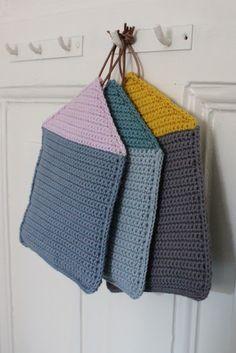 TUSINDFRYD: RækkeHuse- DIY På GrydeLapper | crocheted houses for kitchen help