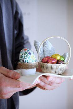 munakuppi ja kananmunan koristelu servetillä