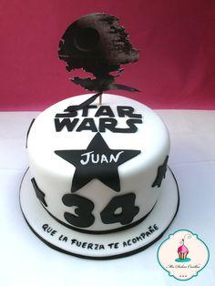 Esta tarta nos la encargaron para celebrar el cumpleaños de Juan, un fan de la Guerra de las Galaxias.   Felicidades Juan!!! y gracias a Marga por confiar en nosotras para ese día