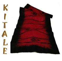 Echarpe rojo realizado en fieltro nuno, con aplicaciones  de color negro de lana y seda.