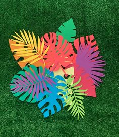 Get the party started with custom cut tropical leafs and palms! Cut from medium weight card stock, these tropical leafs are perfect for indoor decorating, tab Jungle Party, Jungle Theme, Dinosaur Party, Dinosaur Birthday, Paper Leaves, Paper Flowers, Theme Carnaval, Leaf Cutout, Girls Party