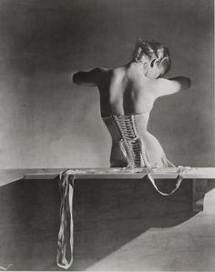 Horst P. Horst, 1939. Corset : Mainbocher.