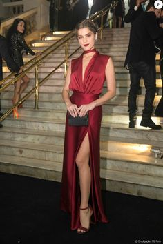 Isabella Santoni escolheu o look vermelho Carolina Herrera para ir ao prêmio 'GQ Men of the Year', no Copacabana Palace, em 1º de dezembro de 2016 #perfumes #perfume #michaelkors #carolinaherrera #perfumeimportado