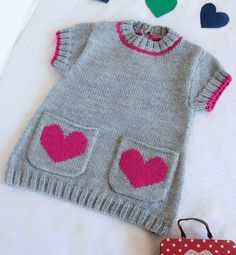 Baby Knitting Patterns Dress Small pocket tunic for Baby from La Malle to the Thousand – kostenlos Baby Knitting Patterns, Knitting For Kids, Baby Patterns, Knitting Socks, Knit Baby Sweaters, Girls Sweaters, Baby Vest, Baby Cardigan, Crochet Baby