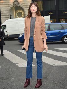 """Jetzt tragen alle die """"Cropped Flare Jeans"""" - eine ausgestellte Jeans, deren Saum nur bis zum Knöchel reicht. Wir zeigen dir, wie du sie stylst."""