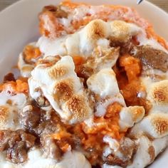 This popular Sweet Potato Casserole is made with mashed sweet potatoes topped with toasted marshmallows and a brown sugar-cinnamon streusel. Desserts Sweet Potato Casserole with Marshmallows & Streusel Wallpaper Food, Best Sweet Potato Casserole, Sweet Potato Casserole With Marshmallows Recipe, Sweet Potato Marshmallow, Sweet Potato Caserole, Sweet Potato Mash, Sweet Potato Cinnamon, Healthy Thanksgiving Recipes, Thanksgiving Sides