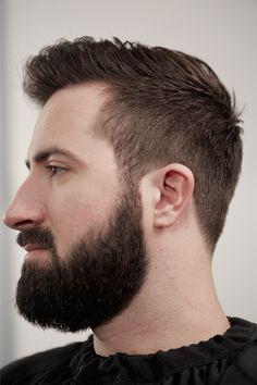 Une barbe bien taillée et la bonne coupe de cheveux peuvent changer un homme. Messieurs voici des conseils pour bien les entretenir et affirmer votre style!