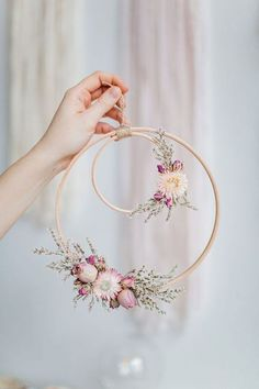 Beautiful Wall piece DIY from an embroidery hoop with dried flowers. Beautiful Wall piece DIY from an embroidery hoop with dried flowers. Deco Floral, Arte Floral, Floral Wedding Decorations, Flower Decorations, Table Decorations, Fake Flowers Decor, Spring Decorations, Decoration Crafts, Flower Garlands