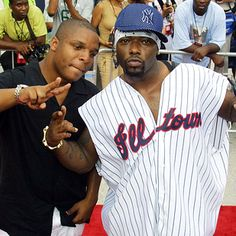 15 Important Hip-Hop Fashion Trends You Might Have Forgotten. Male Athletic Jerseys worn by Naughty By Nature. How to rock them: Find the most unfitted, ginormous jersey (preferably of some NBA or MLB team) and wear absolutely nothing else underneath. 90s Fashion Grunge, Punk Fashion, Lolita Fashion, Fashion Boots, Style Fashion, 90s Hip Hop, Hip Hop Rap, Lisa Simpson, Jersey Outfit