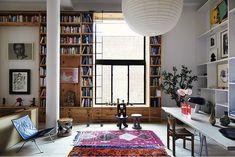 pitkä kirjahylly