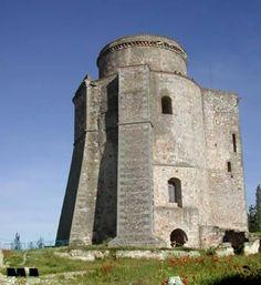 CASTLES OF SPAIN - Castillo de los Duques de Alba, Alba de Tormes, Salamanca, Del siglo XII, cuando el rey Fernando II de León hizo construir una atalaya. En el siglo XIII, el rey Sancho IV de Castilla la convirtió en un castillo. Fue devastado por las contiendas de la época del rey Enrique IV de Castilla, El 1º Duque de Alba de Tormes, García Álvarez de Toledo lo reconstruyó y lo convirtió en su palacio privado, se conserva tan solo la Torre del Homenaje de las seis que llegó a tener.