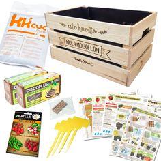 Incluye todo lo necesario para cultivar un pequeño huerto en caja de madera con tomates, pimientos, rabanitos y fresas.