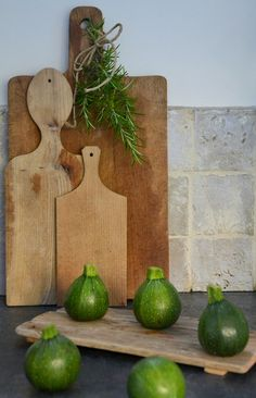 Doing this for the holidays with evergreen springs and red and green apples would be neat on the counter. Primitive look. Wood Projects, Projects To Try, Timber Boards, Noodle Board, Wood Cutting Boards, Chopping Boards, Coffee Table Styling, Primitive Kitchen, Wooden Bowls