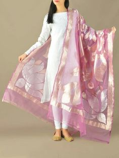 Love the benarasi pink dupatta Kurta Designs Women, Salwar Designs, Blouse Designs, Simple Dresses, Beautiful Dresses, Casual Dresses, Fashion Dresses, Indian Attire, Indian Outfits