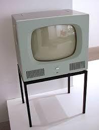 1926, le 26 janvier : L'Écossais John Logie Baird effectue, à Londres, la première retransmission publique de télévision en direct : télévision à système mécanique (sans tube cathodique). 1927, le 28 décembre : le gouvernement Poincaré crée le service de radiodiffusion, rattaché aux PTT.