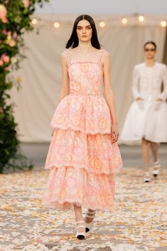 Chanel Spring 2021 Couture – Classy and fabulous way of living Chanel Couture, Boutique Haute Couture, Chanel Runway, Chanel Paris, Haute Couture Looks, Style Couture, Haute Couture Fashion, Haute Couture Designers, Fashion Week