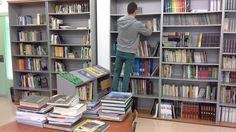 Un voluntari ordenant llibres.