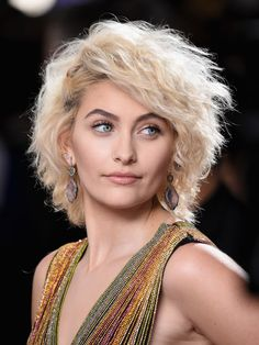 Historically speaking, award show season has been all about sultry, dramatic eyes, thick, luscious lashes, and statement-making bold lips. But for this year's Grammys 2017 Paris Jackson and Lea Michele both switched the script and opted for untraditional eye looks.