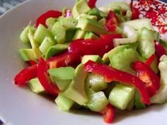 Salata cu avocado, tulpini de telina si ardei - Rețetă Petitchef Cold Vegetable Salads, Avocado, Raw Vegan, Fruit Salad, Good Food, Dinner, Vegetables, Health, Nicu