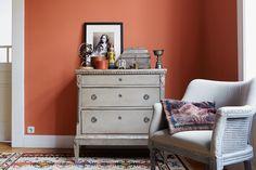 Homeplaza: Wandgestaltung von A bis Z Dresser As Nightstand, Inspiration, Table, Furniture, Home Decor, Environment, Color Of The Year, Dark Wood, Modern Interiors