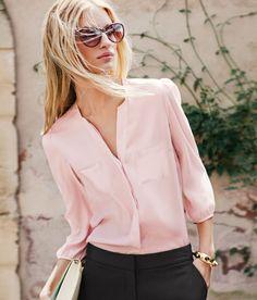 Para ocasiones más formales, una blusa suave con un cuello pronunciado en rosa cuarzo imprimirá a tu outfit gracia, elegancia y un toque de modernidad