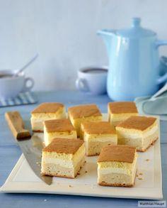 Die klassische Eierschecke überzeugt auf allen Ebenen: lockerer Hefeteig, frische Quarkcreme und obendrauf luftiger Puddingschaum.