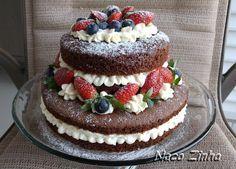 Naked cake (bolo pelado) de chocolate, decorado com morangos e mirtilos