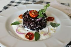 A simple recipe that creates a unique connection between the delightful taste of burrata and Venere rice, an Italian style of rice, was born in Vercelli in 1997 through a conventional cross between an Asian variety of black rice and La Valle del Po. Good Food, Yummy Food, Black Food, Risotto Recipes, Eat Smart, Menu, World Recipes, Antipasto, Risotto