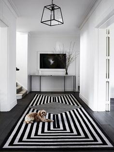 hall com tapete preto e branco