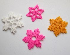Sneeuwvlokjes van strijkparels als kerstboomversiering of om kerstjuwelen van te maken (ketting, haarband, broche).