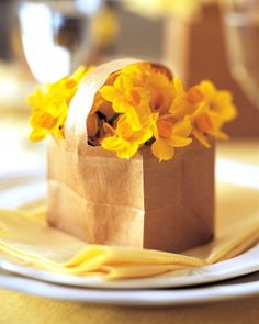 HIT: Sweet and simple daffodils in paper bag. Did this for Easter - great inexpensive spring centerpiece. Martha Stewart Manualidades, Diy Paper Bag, Paper Bags, Paper Craft, Ostern Party, May Day Baskets, Martha Stewart Crafts, Paper Basket