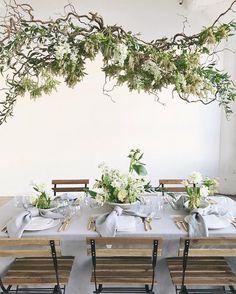 Sommarinredning i bambu (Daniella Witte) Lustre Floral, Wedding Lounge, Indoor Wedding, Wedding Reception, Flower Installation, Floral Chandelier, Interior Minimalista, Deco Floral, Floral Design