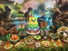Olha que linda Festa Dinossauros! Decoração Encantos e Doçuras Festase Balloons e Cia. Lindas ideias e muita inspiração! Bjs, Fabiola Teles.       ...