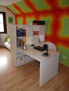 chambre ado avec mur aux couleurs électriques vert et orange bureau et lit blancs