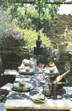 Amo mesa fora da casa, como fazem em alguns lugares da Europa, é aconchegante, te faz sentir-se livre, o vento refresca, te dá sensação de paz e sossego.