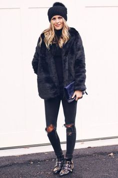 O mix de texturas com casaco de pelos deixa o preto super estiloso.
