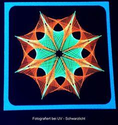 Geometrie 12 NEON (unter UV-Schwarzlicht) - Motiv: A&N Figur 57 - Doppelkarte mit Umschlag im Format 13,5 x 13.5cm