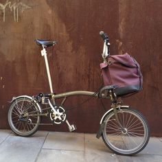 brompton bag - a great alternative to the standard s or o bags .... A bit more preppy hipster $170 Foldable Bicycle, Folding Bicycle, Velo Brompton, Urban Cycling, Gents Fashion, Commuter Bike, Cargo Bike, Mini Bike, Classic Bikes