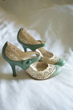 Vintage Shoes 100 Wonderful Vintage Style Wedding Shoes For Your Retro Themed Wedding Retro Mode, Vintage Mode, Vintage Shoes, Vintage Outfits, Vintage Fashion, Vintage Wedding Shoes, Vintage Décor, Wedding Lace, Teal Wedding Shoes