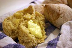 Rapeakuoriset sämpylät Monelta saattaa jäädä sämpylät leipomatta, koska tuntuu, että se on niin työlästä ja niissä on niin kova pyörittäminenkin. No ainahan l...