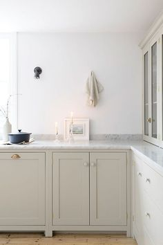 The Brighton Kitchen has been featured on Pure Wow, a really cool lifestyle website!! They talk all about 'clay' kitchens, that beautiful beige grey kind of colour... our Mushroom Shaker shade fits perfectly. #Shaker #KitchenDesign #MushroomKitchen #deVOLKitchens